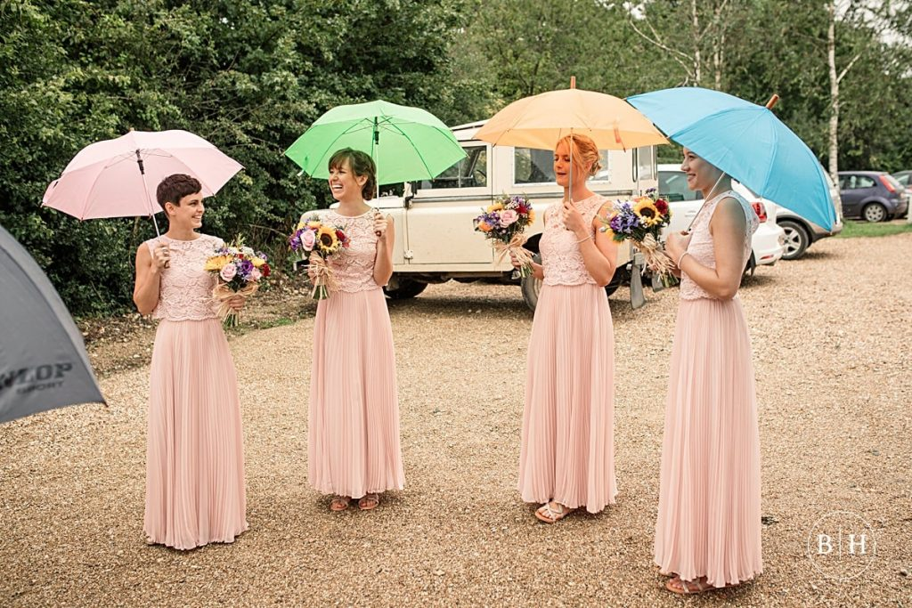Bridesmaids with colourful umbrellas. Tips for a rainy wedding day